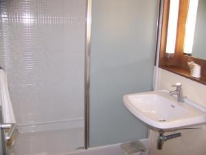 A bathroom at Campanile Château-Thierry