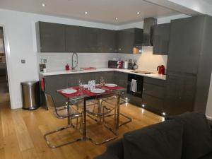 A kitchen or kitchenette at RiiS Apartments Camberley