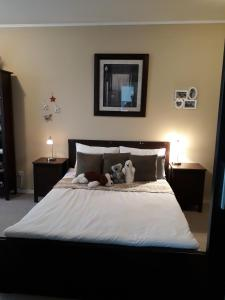A bed or beds in a room at Luxurious apartment in quiet residential neighborhood