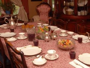 A restaurant or other place to eat at Victorian Loft Bed and Breakfast