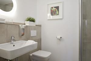 A bathroom at Übernacht - HostelHotelHome