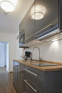 A kitchen or kitchenette at Übernacht - HostelHotelHome