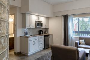 A kitchen or kitchenette at High Country Inn
