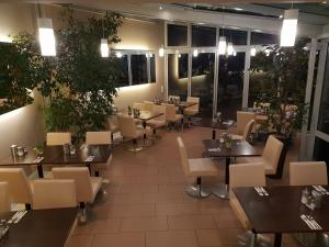 A restaurant or other place to eat at City Hotel Stuttgart