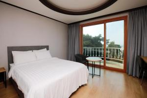 A bed or beds in a room at Gyeongpo Vista Hotel
