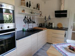 A kitchen or kitchenette at Ferienhaus am Rand von Berlin - keine Monteursunterkunft