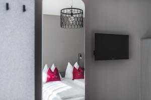 سرير أو أسرّة في غرفة في فندق التشتات فايسه تاوبه