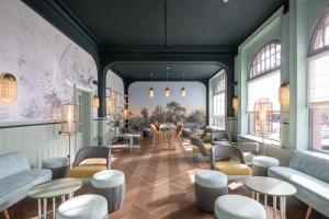 De lounge of bar bij Grand Hôtel Bristol