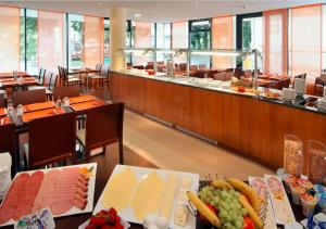 A restaurant or other place to eat at Star Inn Hotel Salzburg Zentrum