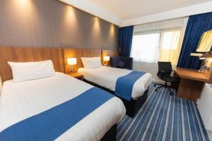 A bed or beds in a room at Holiday Inn Express, Chester Racecourse, an IHG Hotel