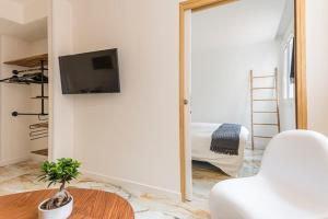 A television and/or entertainment centre at Renovated apartment on the VIEUX PORT