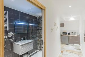 A bathroom at Renovated apartment on the VIEUX PORT
