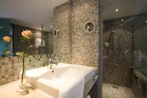 A bathroom at Atlantic Hotel Universum
