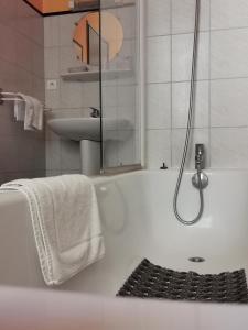 Salle de bains dans l'établissement La Table Des Bons Peres