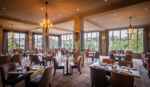 A restaurant or other place to eat at Falls Hotel & Spa