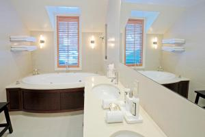 A bathroom at Eichardt's Private Hotel
