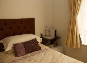 A bed or beds in a room at Ulceby Lodge Bed & Breakfast