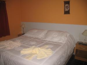 Una cama o camas en una habitación de Hosteria Kaiken Gregores