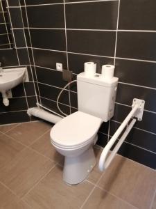 A bathroom at Kyriad Direct Nantes la Beaujoire