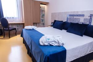 Cama o camas de una habitación en HOTEL TRIANA MONTALVAN