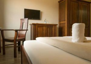 A bed or beds in a room at Freizeit-und Tagungshotel Messehof - nahe Hannover