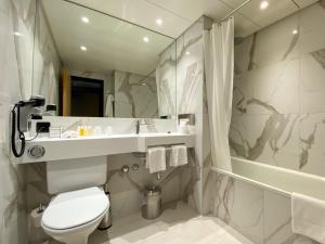 A bathroom at Nash Airport Hotel