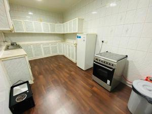 A cozinha ou cozinha compacta de سحاب أبها