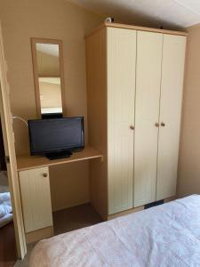 A television and/or entertainment center at 3 Bedroom Caravan - Thorpe Park Haven in Cleethorpes