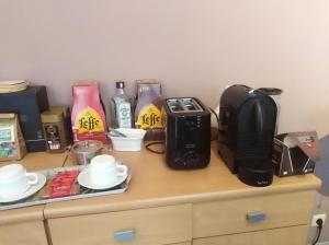 Coffee and tea making facilities at Un studio à louer ds un endroit calme près de la ville de Dinant
