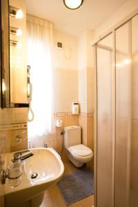 A bathroom at Hotel Roma