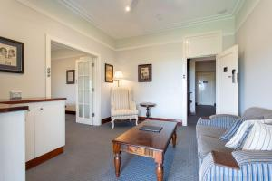 A seating area at Caves House Hotel and Apartments