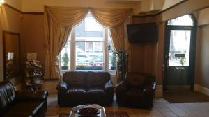 A seating area at Hyde Park Court Hotel