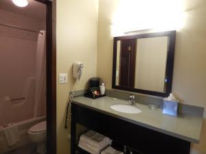 Ванная комната в Super 8 by Wyndham White River Junction