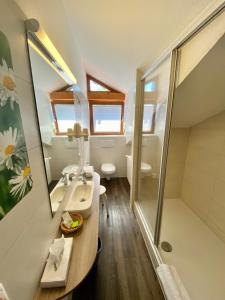 A bathroom at Gasthof-Hotel Höhensteiger
