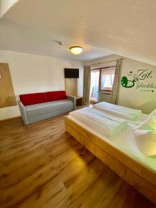 A bed or beds in a room at Gasthof-Hotel Höhensteiger
