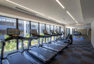 The fitness centre and/or fitness facilities at InterContinental Yokohama Pier 8, an IHG Hotel