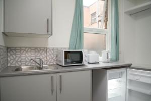 A kitchen or kitchenette at TLK Apartments & Hotel - Beckenham High Street
