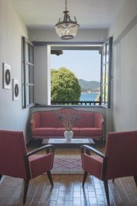 A seating area at Liotopi