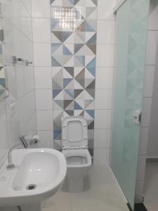 A bathroom at Pousada Internacional EAS Airport 10min
