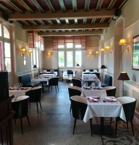 A restaurant or other place to eat at Domaine des Roches