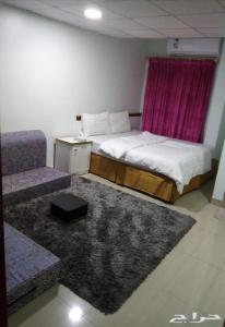 Cama ou camas em um quarto em ديم للغرف الفندقيه الخبر شارع العشرين فوق مطعم بيتزاهت