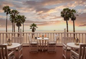 A restaurant or other place to eat at Shutters On The Beach