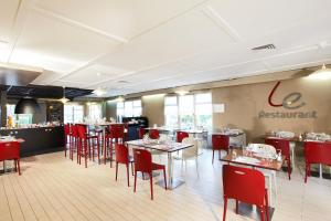 A restaurant or other place to eat at Campanile Plaisir