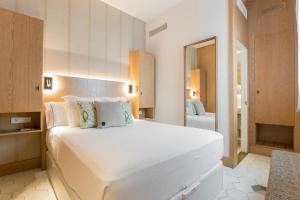 A bed or beds in a room at Boutique Hotel Sant Roc & Spa