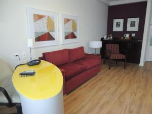 A seating area at Quality Suites Alphaville