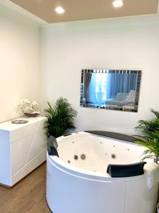 A television and/or entertainment center at Die Oase - Luxurious Apartment near the City Center