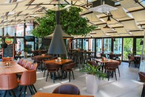 A restaurant or other place to eat at Vila Radailiai - Dinosaur Park