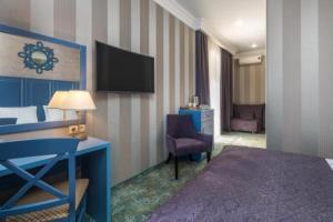 Телевизор и/или развлекательный центр в Отель Марсель