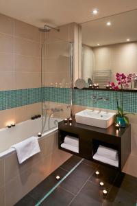 Ein Badezimmer in der Unterkunft Red & Blue Design Hotel Prague