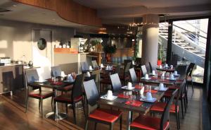 A restaurant or other place to eat at Le Quai Des Princes